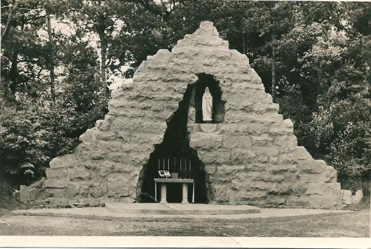 Na afbraak in de tuin van het St.Bavogesticht aan de Kerklaan telt Heemstede nog 1 Lourdesgrot, namelijk in de tuin van de Zusters Augustinessen, Glipperweg 85