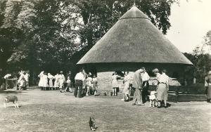 Het dierenverblijf van de kinderboerderij op een ansicht uit 1954