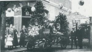 In 1900 is de levensmiddelenwinkel van Jan Zwarter (rechts op de foto) geopend op het adres Raadhuisstraat 67, Heemsede