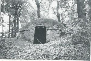 IJskelder op het terrein van Kennemeroord, daterend uit omstreeks 1750. De kelder was tot in de Eerste Wereldoorlog nog in gebruik. De toegangssluis is later verwijderd en de kelder dichtgemetseld.