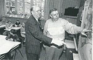 Vic Klep (links) en Nol Leuven vertelden in de jaren 80 en 90 van de vorige eeuw voor de klas van hun ervaringen tjdends de tweede wereldoorlog. Eerstgenoemde schreek voor scholieren de uitgave: 'Kroniek van 60 maanden bezetting un Heemstede (1994)