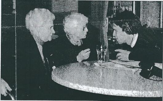 ZFM-verslaggever van de Zandvoortse radio-omroep Jaaap Koper tijdens een open dag in gesprek met (links) mevrouw Bergervoet, echtgenote van de directeur van Nieuw Unicum in de jaren 1948-1971 en zuster Meijer, adjunct-directeur in de jaren zestig (foto Toni Zwenne)