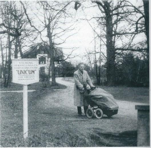 Kennemerduin met directeur Chr.J.van Vliet in de periode dat 'Unicum' hier was gehuisvest