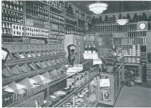 Het interieur van de dranken- en delicatessenzaak Zwarter na een verbouwing in 1924. Tot 1990 werkten de heer Leo Zwarter en zijn echtgenote in deze winkel.
