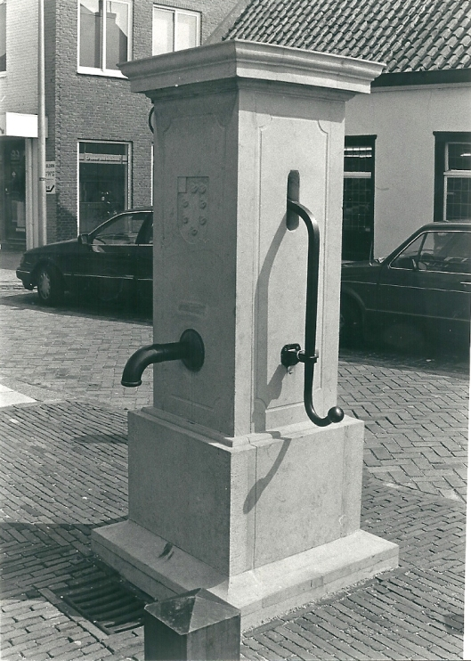 Aansluitend op de gemeentelijke reconstructiewerkzaamhedenin de Raadhuisstraat is dankzij particulier initiatief in 1988 een nieuwe dorpspomp geplaatst, vervaardigd door aannemersbedrijf Thunnissen. (foto Vic Klep).