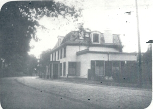 Het 19e eeuwse huis omstreeks 1920 voor de afbraak wegens verbreding van de Herenweg