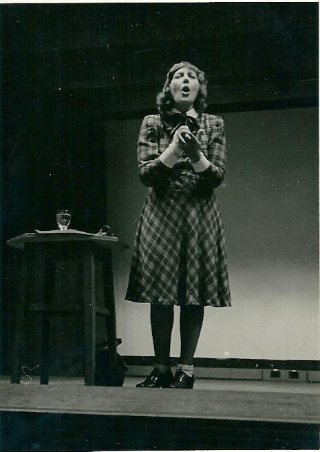 Mary Pos sprekend tijdens een van haar talrijke lezingen en opwekkend tot saamhorigheid.