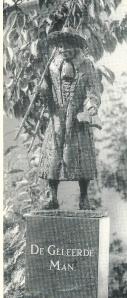 Beeld van de Geleerde Mnan, vervaardigd door Karel Gomes en op 24 augustus 1991 door toenmalig eigenaar J.F.M.Plasmeijer overgedragen aan de gemeente Bennebroek (foto Cees Peper)