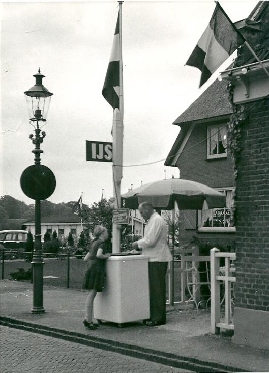 Tijdens de Flora van 1953 verkocht W.der Kinderen, beheerder van café de Konijnenberg ijs van de Sierkan uit Haarlem. Op de achtergrond het naastgelegen huis van de familie Roozen en op de achtergrond de bollenschuur aan de Herenweg