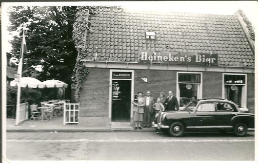 Van 1948 tot 1973 heeft W.der Kinderen het café-koffiehuis beheerd (gepacht) V.l.n.r. de echtgenote, een zwager, een zoon, een dochter en rechts vader W.der Kinderen.