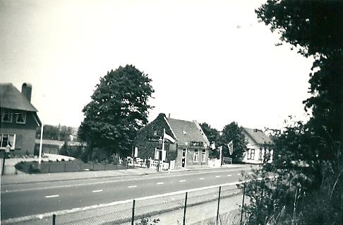 Het café vanouds de Konijnenberg op een foto uit 1952. Links het huis van de familie Roozen en rechts van de uitspanning van de famile de Winter