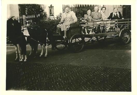 De familie Der Kinderen op de ponytrail van Weijers. juli 1951