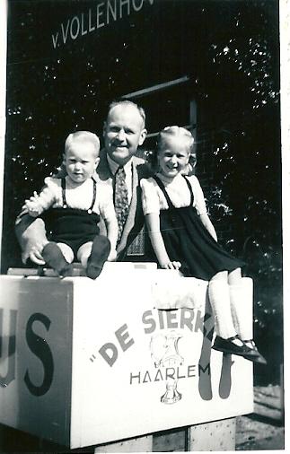 IJs kwam van de Sierkan in Haarlem. In 1949 werd wat bier betreft uitsluitend Van Vollenhoven geschonken. Op deze foto vader W.der Kinderen en beide kinderen.
