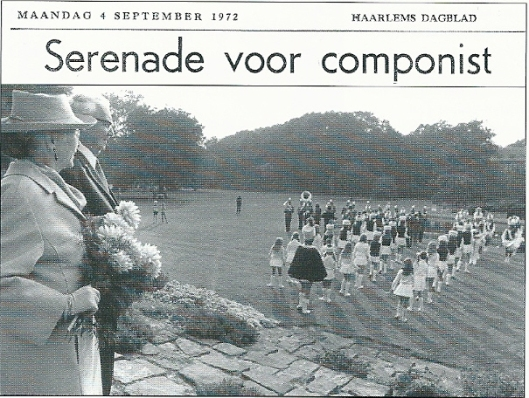 Ter gelegenheid van de 80ste verjaardag van componist, dirigent en musicoloog professor Hendrik Andriessen werd door mr.H.Rhodius op Bloemenoord een tuinfeest georganiseerd. Op deze foto uit het Haarlems Dagblad van 4 september 1972 zien we Hendrik Andriessen en zijn echtgenote luisterend naar de serenade van 'Kunst na Arbeid' uit Bennebroek.