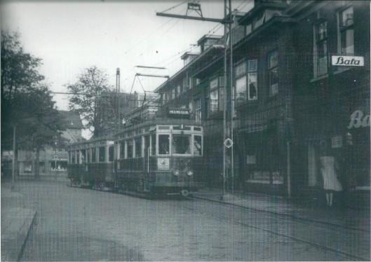 De Blauwe Tram A313 + B304 op de Binnenweg ter hoogte van Bata schoenen [Meltzer], 3 november 1947