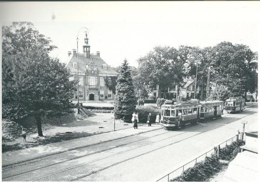 Tramhalte Raadhuis Heemstede met trams van lijn 1 richting Sportpark. Foto 26 juli 1945. Links is ng een schuilkeder zichtbaar.