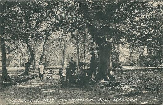 Kaart uit 1913 van de firma Weenkink & Snel uit Den Haag waarop een familie rond de walvisbank poseert voor de fotograaf