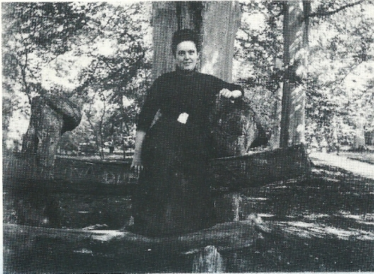 Willemien van Amstel (echtgenote van Daan de Wilde), poserend op de walvisbank van Groenendaal