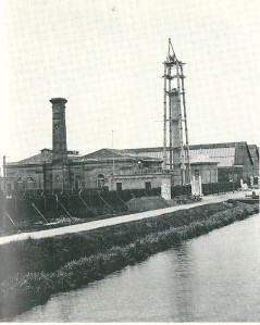 Het gebouw van het vm. pompstation Leiduin bleef overeind en kreeg een nieuwe functie, maar de markante standpijptoren is in de zomer van 1907 gesloopt. Op deze afbeelding is men bezig met de afbraak.