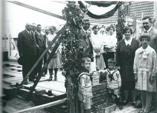 Eerste steen legging Koediefslaan 22a: 10 juli 1930  Jan Hendrik en Nicolaas Cornelis Heemskerk, oud 7 en 3 jaar