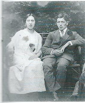 Van 1901-1922 was P.H.E.F.Geuer eigenaar en uitbater. Hij overleed in 1928 waarna zijn dochter eigenares werd. Hier op een foto met haar man Joost Tibboel van de broodbakkerij op een foto uit 1918. Joost Tibboel kwam in 1920 bij een motorogeluk om het leven.