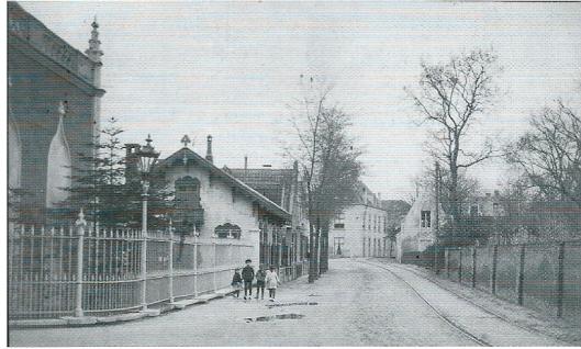 De Binnenweg omstreeks 1890 met vooraan links de vroegere toegangspoort/oranjerie van het Huis Te Bennebroek, dan de vm. dienstwoning (tuinmanshuis). An het eind op de hoek van de Meerweg en Schoollaan de pastorie