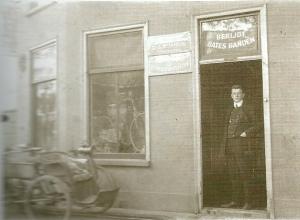 Kees van Lent omstreeks 1910 voor zijn toen nieuwe fietsenzaak, na in 1907 te zijn begonnen in een pand Kerklaan 29