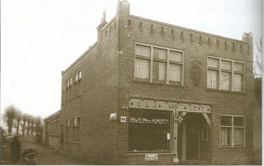 De in 1914 voltooide zaak voor rjwielen en motoren, Raadhusstraat 59-61.