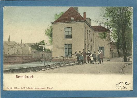 Oude ansichtkaart van de Schoollaan met voormalige pastorie en links gebouwencomlex van Sacré Coeur/St. Lucia klooster in Bennebroek