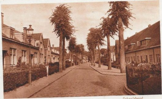 Oude ansichtkaart van Schoolstraat in Bennebroek