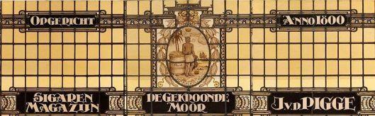 Glas-in-loodraam van Nico Schrier voor sigarenwinkel J.v.d. Pigge, Grote Houtstraat 81 Haarlem
