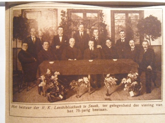 De voorgeschiedenis van het bibliotheekwerk voor 1910 in Sneek komt in het boek niet aan de orde. In de Friese plaats is al in 1850 een rooms-katholieke leesbibliotheek gesticht. Bij het 75-jarig bestaan verscheen deze foto van de bestuurders in de Katholieke Illustratie van 25 februari 1925
