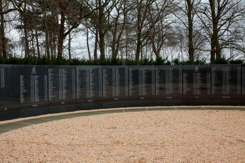 Gedenkzuil in Soesterberg met de namen van omgekomen luchtvarenden tijdens de Tweede Wereldoorlog, inclusief W.F.Anceaux en W.J.Kenninck