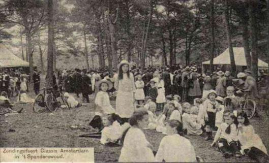 Prentbriefkaart van Christelijk Zendingsfeest in het Spanderswoud bij Hilversum in 1903