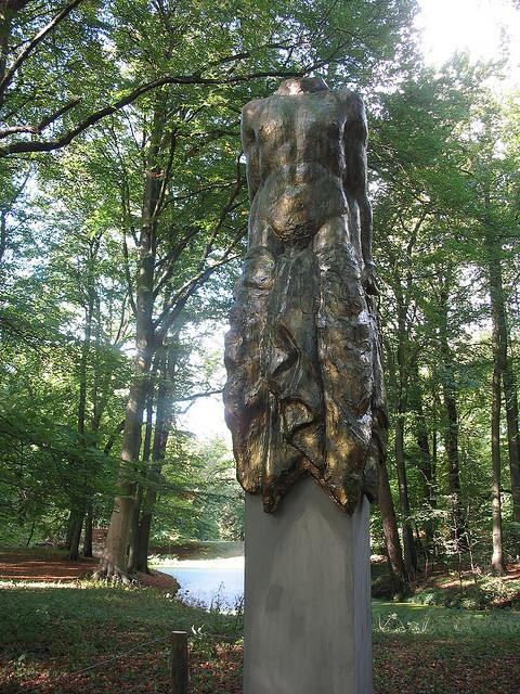 'La Quadrature', beeld van Raymons Spierings in Groenendaal, nabij de Zochervijver.