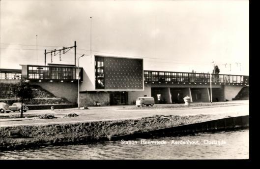 Het station Heemstede-Aerdenhout aan de Heemsteedse kant. Sinds 1953 met hoogspoor en viaduct
