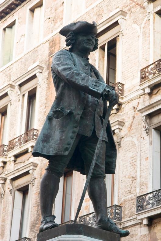 Standbeelden van Casanova zijn te vinen in zijn geboorteplaats Venetië (bovenstaande foto) en plaats van overlijden Dux in de tuin van het kasteel