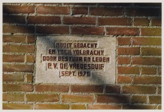 Eerste steen postduivenvereniging 'de Vredesbode', Meijerslaan Heemstede, 1976 (NHA)