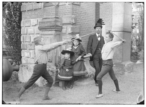 Stokkengevecht bij de poort van het Oude Slot. Foto Jacob Olie, circa 1900