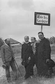 Auteur en regisseur Anton Sweers, tweede van rechts, bij de grens van Duitsland, 20 september 1939, samen met enkele leiders van de Kruisvaart (Katholiek Documentatie Centrum)