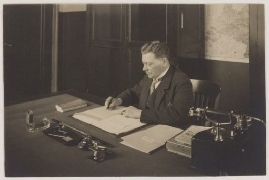 Gemeentesecretaris A.A.Swolfs afkomsrig uit Waspik. Hij was tevens secretaeis-penningmeester van woningbouwvereniging Berkenrode en kassier van de Boerenleenbank.