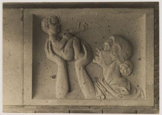 Reliëftegel van moeder met baby naast ingang Gezondheidshuis, Lieven de Keylaan Heemstede, 1935