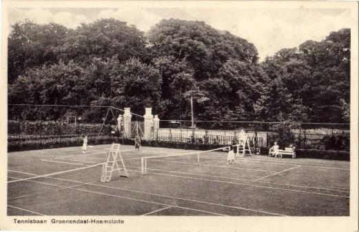 De tennisbaan van Groenendaal op de vroegere moestuin en met op de achtergrond de tolpoort