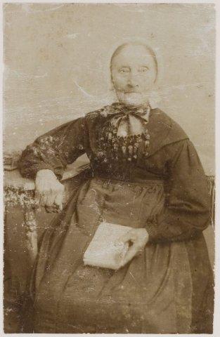 Mevrouw E.van Tongeren-Tulkens (*1803), die in 1898 de Wilhelminaboom plantte.