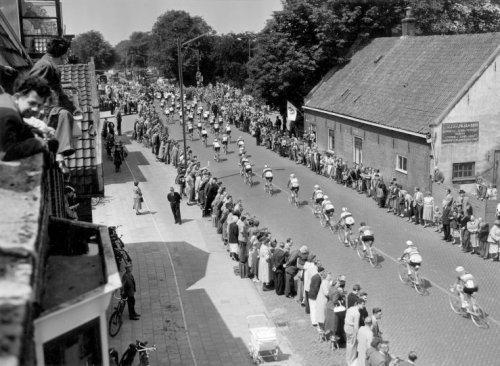 8 juli 1954 was de start van de Tour de France in Nederland van Amsterdam naar Brasschaat in België. Woutje Wagtman won die etappe. Op deze foto passeert het peleton de Zandvoortselaan in Heemstede