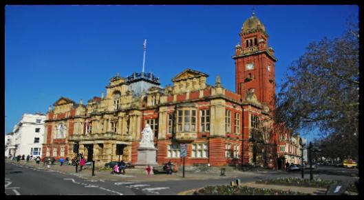 Het stadhuis van Royal Leamington Spa met het standbeeld van koningin Victoria, die aan Leamington Spa het voorvoegsel 'Royal' verleende