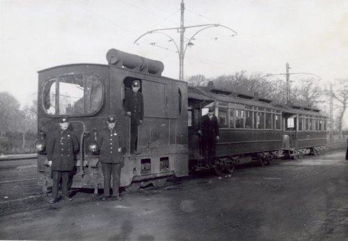 Introductie januari 1933 van de nieuwe elektrische tram op de lijn Leiden-Heemstede aan de Glipper Dreef. De oude stoomlocomotief moest plaats maken voor de elektrische.