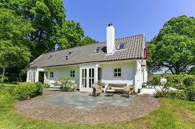 De voormalige tuinmanswoning met schuur (stal) behorend bij Bloemenoord/Dennenheuvel. Kadijk 28. Oorspronkelijk daterend uit 1863 met verbouwingen/uitbreidingen in 1867, 1891 en 1945. Provinciaal monumen. Bewoond door mr.Rhodius, staat anno 2015 te koop.