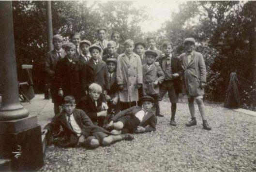 Uitstapje van kinderen christelijke muziekvereniging Kunst & Genoegen uit Leiden naar Groenendaal in 1929