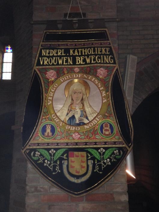 Vaandel van de Nederlandse Katholieke Vrouwen Beweging, afdeling Heemstede [met wapen van Heemstede] (foto Michel Bakker)